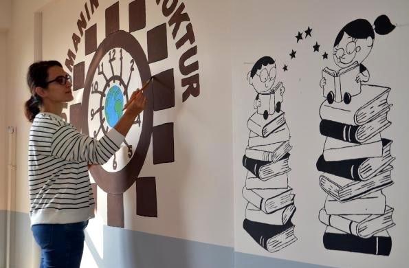 Resim Öğretmeni Okul Duvarlarını Bilgilendirici Resimlerle Süsledi